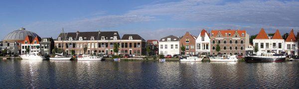 Huizen langs het Spaarne in Haarlem