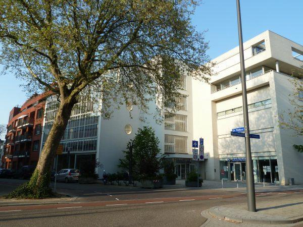 Het pand van het voormalige Warenhuis Kneepkens aan de Doctor Poelstraat in Heerlen
