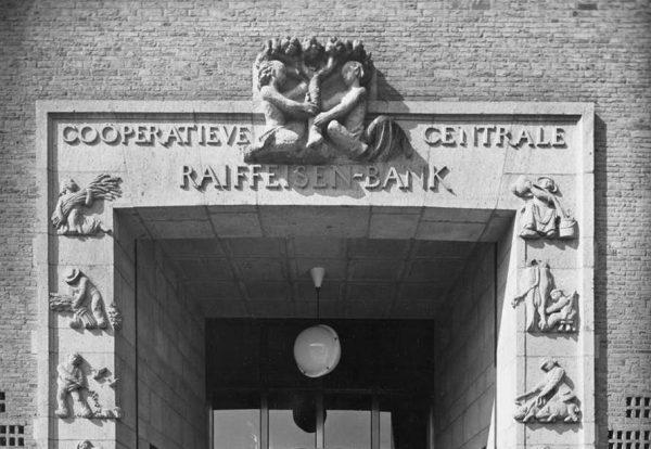 Het bovenste deel van de poort met reliëfs van het hoofdkantoor van de Raiffeisenbank