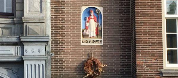 De gevelsteen met Sinterklaas en een vat met drie kinderen