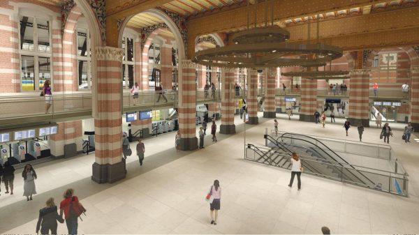 Impressie van de Cuypershal met de trap naar de metro's
