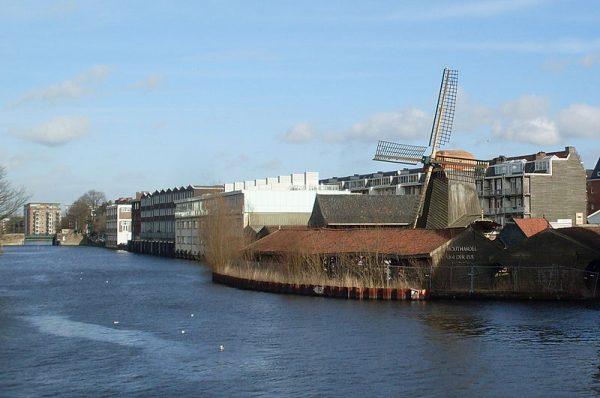 Houtzaagmolen De Otter aan de Kostverlorenvaart in Amsterdam (2014)