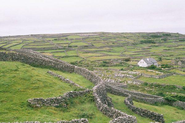Het landschap van Inis Óirr, het kleinste eiland van de Araneilanden