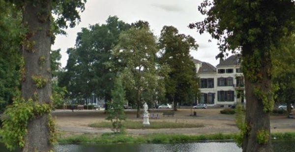 Eén van de beelden op de Eusebiusbuitensingel in Arnhem Beeld: via Google Street View