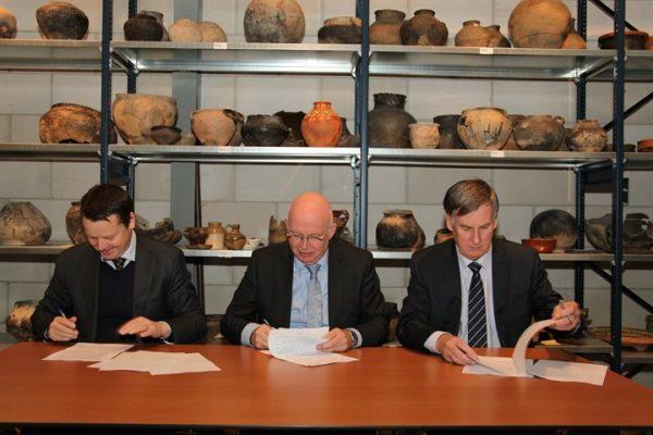 Ondertekening samenwerkingsovereenkomst door Johannes Kramer, Henk Staghouwer en Cees Bijl