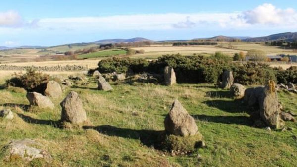 De nagemaakte steencirkel in Leochel-Cushnie, Schotland