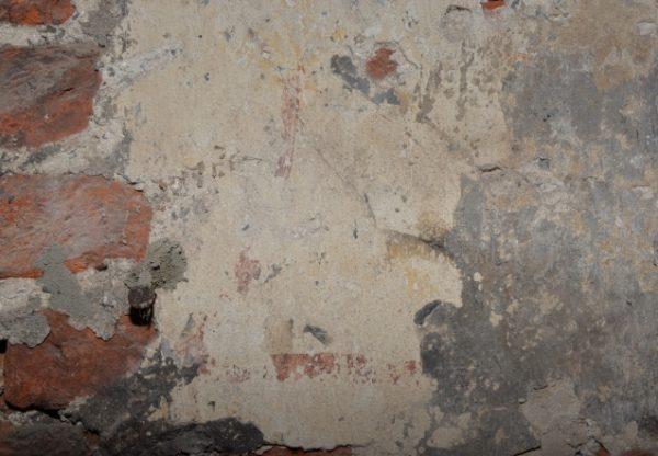 De restanten van de middeleeuwse muurschildering