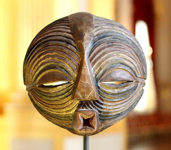 Kifwebe masker in het Afrikamuseum in Tervuren