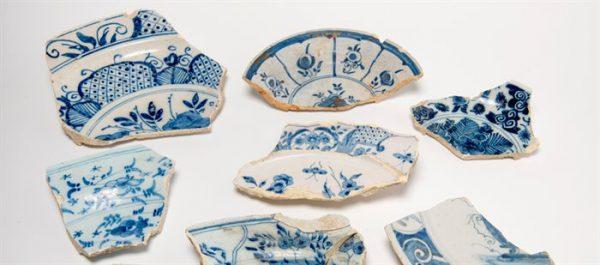 Fragmenten van Amsterdamse faience borden