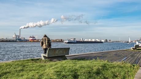 Zicht op het Westelijk Havengebied vanaf de kade in Amsterdam-Noord