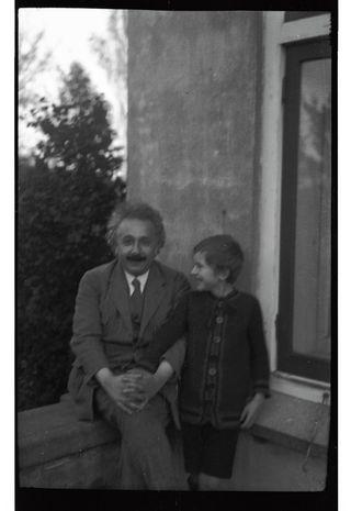 Albert Einstein met de zoon van Tatiana Afanassjewa