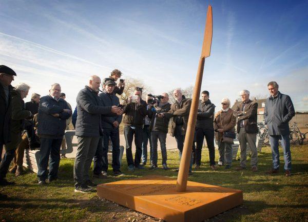 Gedeputeerde Hans Teunissen en wethouder Robert Martens onthullen de Archeo Route in de gemeente Leudal