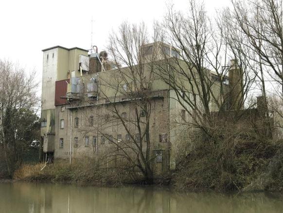 De voormalige meelfabriek aan de Waaldijk in Leeuwen