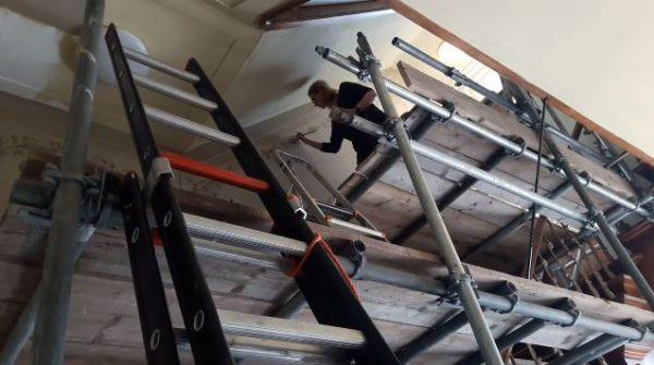 Restaurateur herstelt muurschilderingen van Airborne Museum Oosterbeek