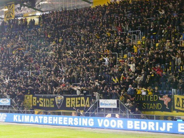 NAC-supporters op de B-side van het Rat Verlegh Stadion in Breda (2009)