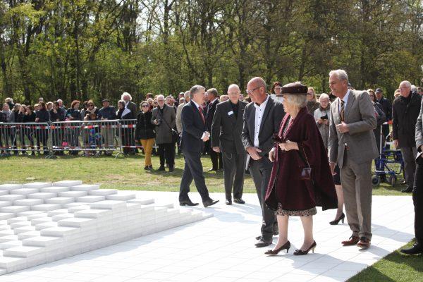 Onthulling kunstwerk Ad Dekker, Bergeijk door Prinses Beatrix