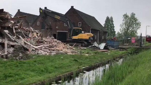 De statige boerderijwoning aan de Overschieseweg wordt gesloopt