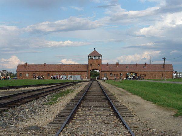 De toegangspoort van Auschwitz-Birkenau (2006)