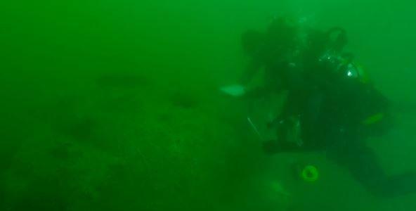 Duikers inspecteren een wrak van D-day