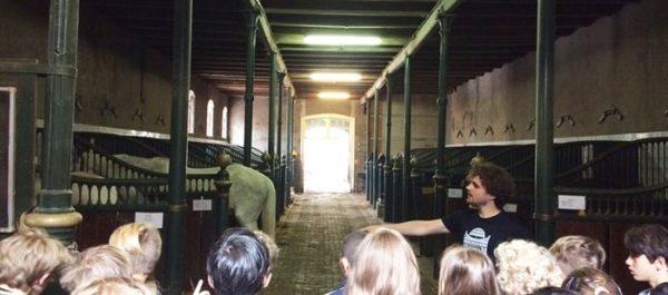Kinderen bezoeken de Hollandsche Manege in Amsterdam tijdens de Open Monumenten Klassendag 2017