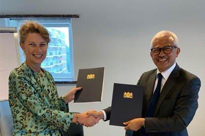 Algemeen directeur Susan Lammers van de Nederlandse rijksdienst en ambassadeur H.E. Dato'Ahmad Nazri Yusof van het Maleisische ministerie