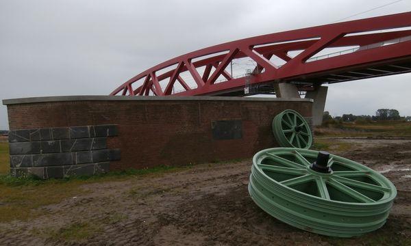 Verwonderend Gietijzeren wielen van spoormonument in Hattem gestolen - De QN-43