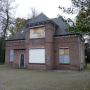 Succes voor erfgoedorganisaties: koetshuis in Heerenveen blijft monument