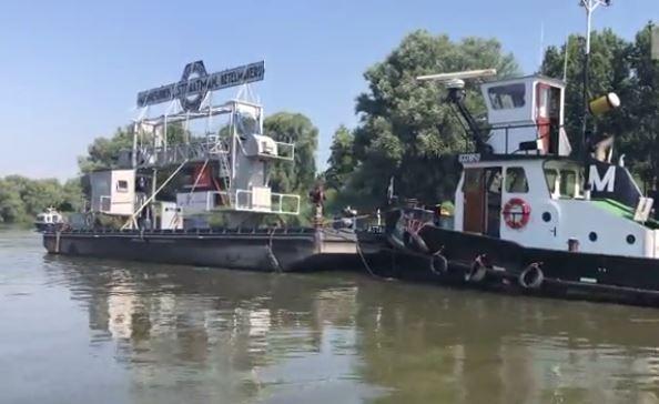 Het Dok van Straatman onderweg naar de Kuipershaven in Dordrecht