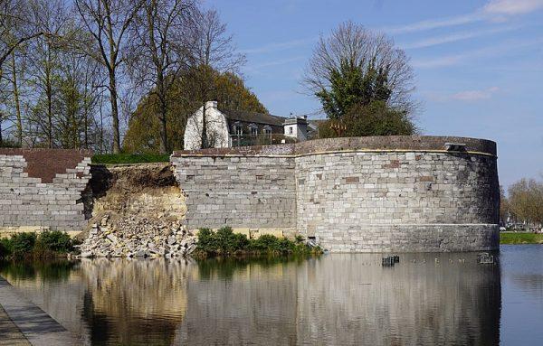 De ingestorte stadsmuur van Maastricht met rechts het rondeel De Vijf Koppen (maart 2019)