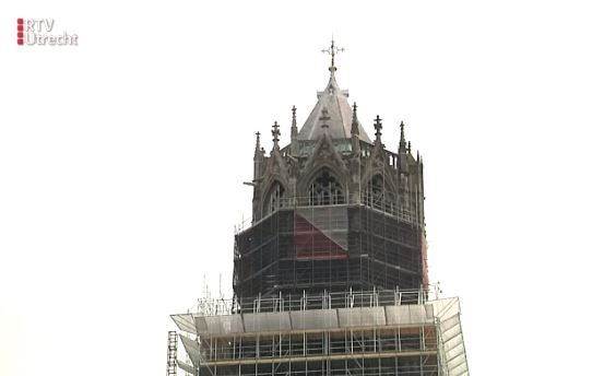 De in restauratie zijnde Domtoren in Utrecht