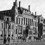 Draken van historisch gebouw De Utrecht boven ingang Hoog Catharijne