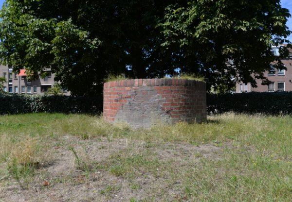 Restant van de fabrieksschoorsteen van de Grofsmederij in het Ankerpark in 2019.