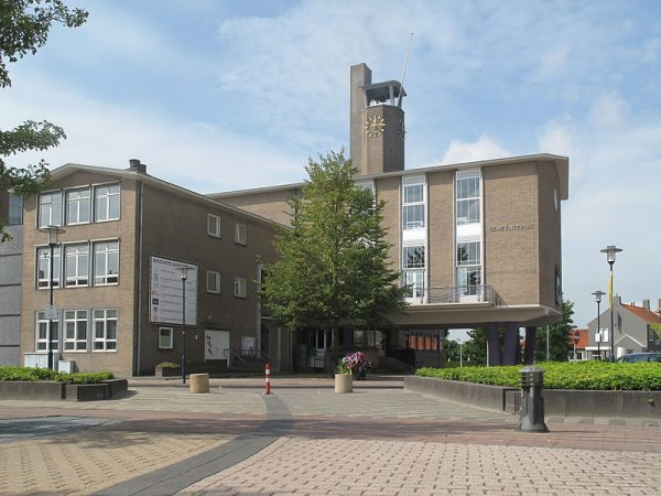 Wederopbouwarchitectuur in Oostburg (Zeeland): het raadhuis