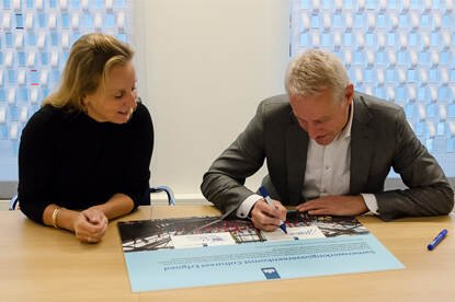 Jaap Slootmaker, plv. DG Rijkswaterstaat en Barbera Wolfensberger, DG Cultuur en Media van OCW, tekenen de hernieuwde samenwerkingsovereenkomst.