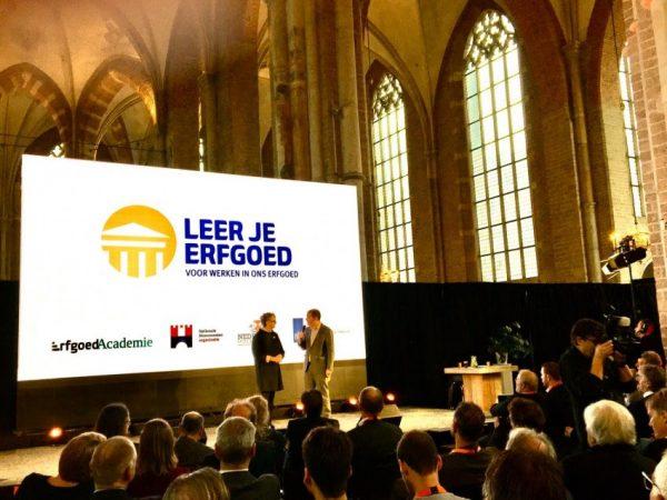 Christianne Mattijssen geeft tijdens het Nationaal Monumentencongres 2019 in Deventer het officiële startsein voor Leer je Erfgoed