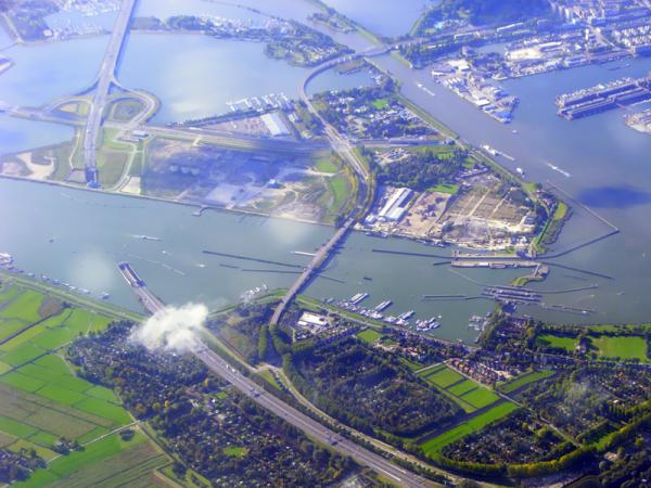 Luchtfoto van het Zeeburgereiland. De nieuwe Sluisbuurt zal hier gebouwd worden