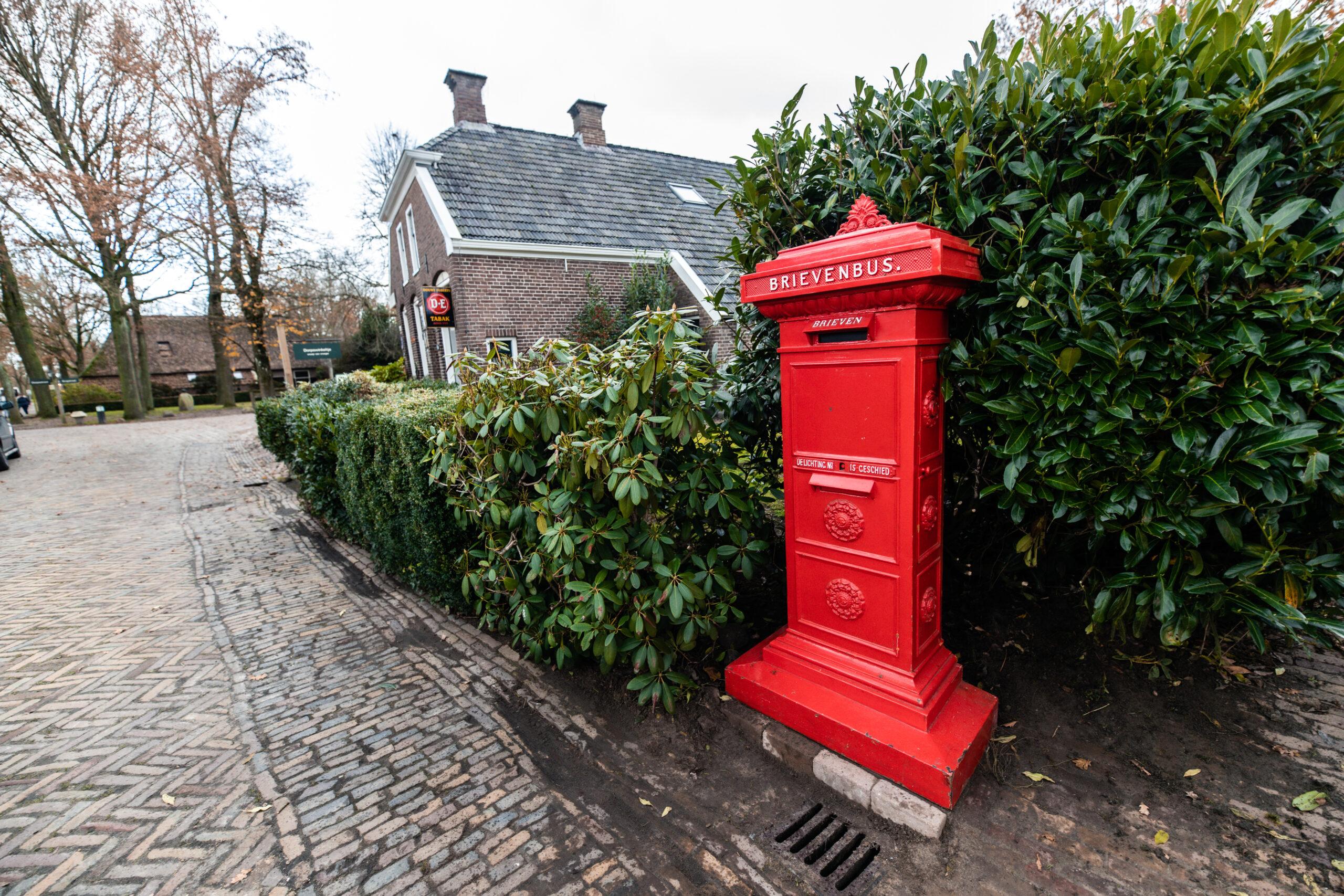 PostNL plaatst historische brievenbus terug in monumentendorp Orvelte