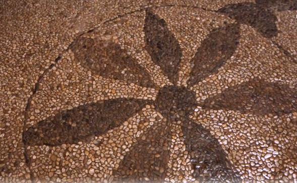 Een zeldzame keitjesvloer in historische boerderij in de Achterhoek