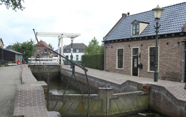 Sluis met brug in Roelofarendsveen, gemeentelijk monument in Kaag en Braassem,