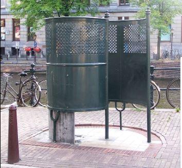 Groene plaskrul aan de Singel in Amsterdam.