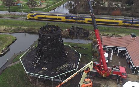 De afgebrande Ceres-molen in Bovenkarspel, vorige maand werd de kap van de molen getakeld.