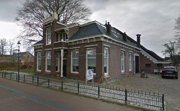 De Dwarshuisboerderij aan de Dijkhuizen 111 in Ruinerwold.