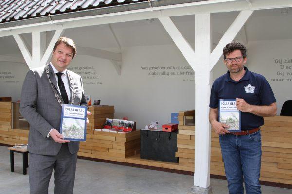 Overhandiging boek door Robert Catsburg aan burgemeester Van Midden.