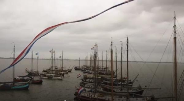 Drone-beelden van de historische schepen die vandaag voor 'Pampus' liggen.
