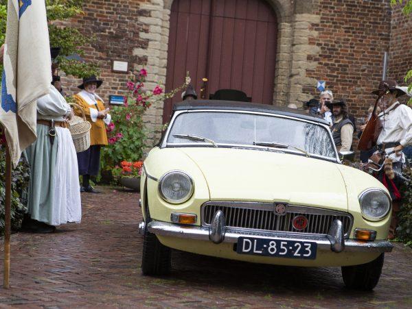 Willemijn van Hees en Peter Staal openen de Zuiderwaterlinieroute in een klassieke sportauto na een klaroenstoot van de stadsheraut van Steenbergen
