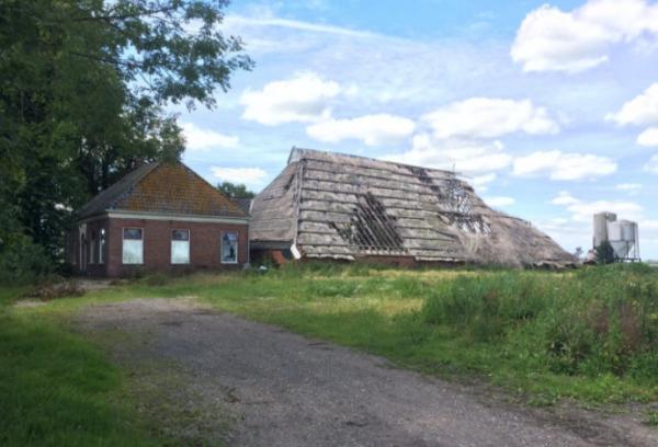 Vervallen boerderij aan de Weersterweg 14 in Den Horn.