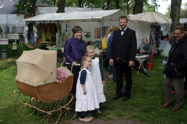 Klederdrachten worden in ons land bijna nergens meer gedragen. Het levend houden van de traditie van historische kostuums laat zich op jaarmarkten en braderieën nog vaak zien.
