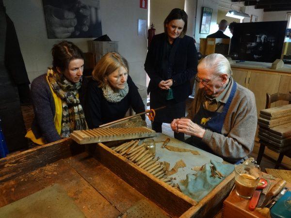 In 2017 overleed Tinus Vinke. Hij was een van de oudste sigarenmakers van Kampen, die volledig handgemaakte sigaren kon maken. De productie van Oud-Kampen is weliswaar authentiek en bijzonder, maar nu deels geautomatiseerd. Foto: Karel Loeff, 2014