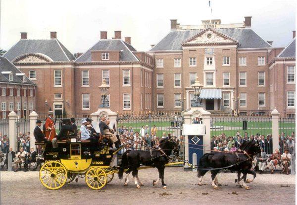 Roadcoach voor Paleis Het Loo. Het paleis werd terug gerestaureerd naar de 17de-eeuwse situatie, inclusief de baroktuin. Rijtuigen vormen een onderdeel van de collectie. Compleet aangespannen met passende bemensing trekken ze veel publiek. Foto: Wikimedia commons