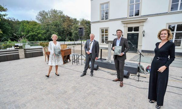 Feestelijke opening ter gelegenheid van het voltooien van de restauratie en herbestemming van villa en landgoed Ockenburgh (v.l.n.r. Willy de Zoete, Willem van der Ham (auteur boek), Robert van Asten, Petra Brekelmans).